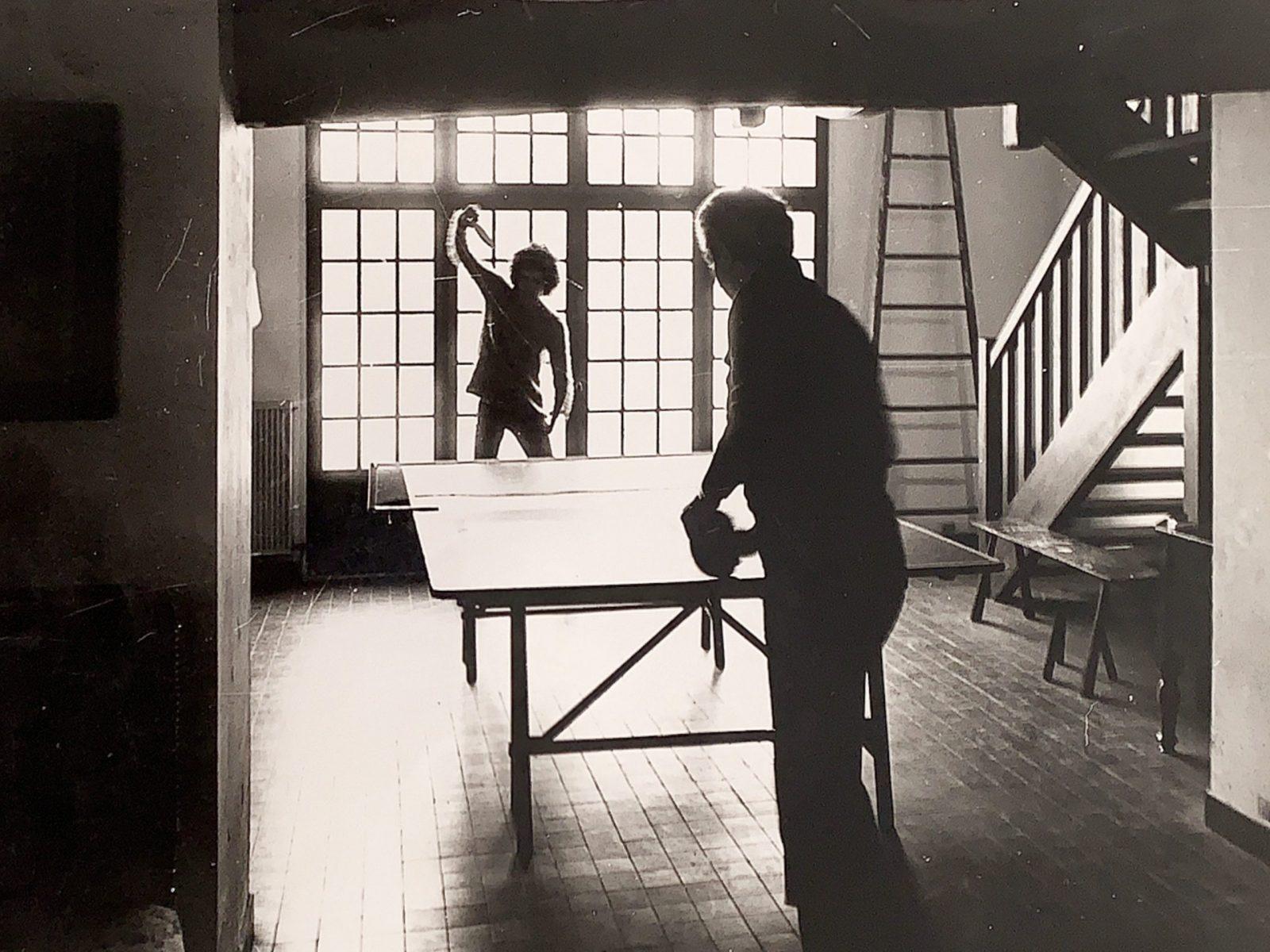 G.Folena impegnato in una partita di ping pong col figlio Pietro